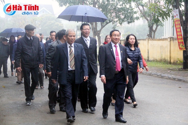 Lãnh đạo tỉnh cùng đông đảo nhân dân Hà Tĩnh chào cờ đầu Xuân mới